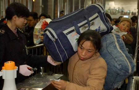 图文:民工提前出川铁路积极应对(1)