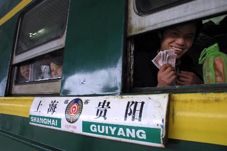 图文:贵州铁路为农民工提供一条龙服务