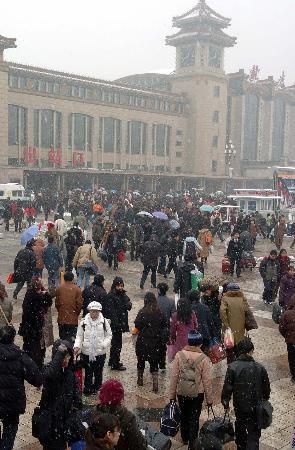 图文:北京铁路雪中迎来客流高峰-北京站