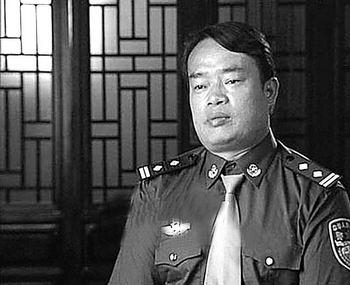2004感动中国人物昨晚揭晓云南省民警明正彬当选(图)