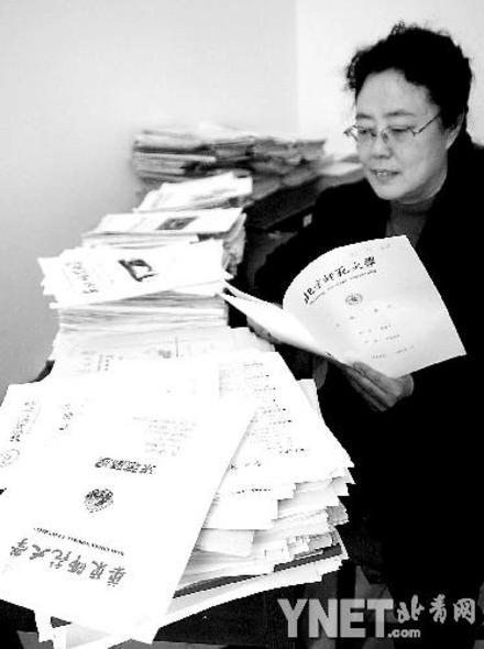 北京 田雨峰/学校领导正在看应聘简历摄影/田雨峰