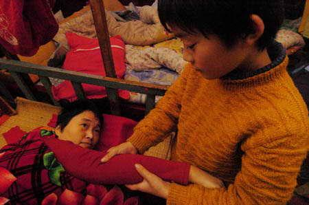 母亲遭车祸瘫痪父亲精神失常6岁孩子撑起家庭