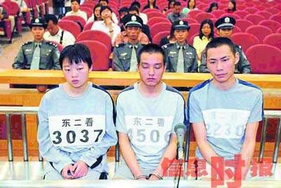 面无表情地接受法庭审判.尹仁祥 摄-广东东莞五口灭门案两主犯获图片