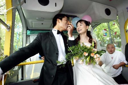 组图:杭州一对新人公交车上办婚礼