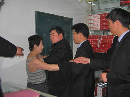 女店主当众脱衣阻挠执法人员查扣非法卷烟(图)