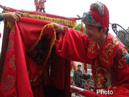 组图:江苏常州街头上演传统婚礼