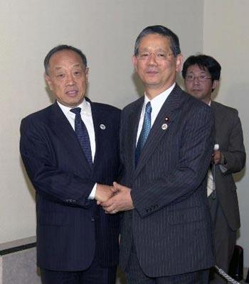 5月7日,中国外交部长李肇星(左)同日本外务大臣町村信孝在京都举行