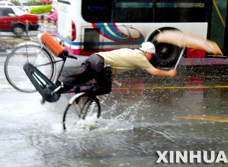 摄影记者抓拍市民雨中摔倒场面引发争议(组图)
