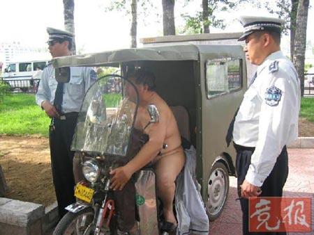 司机为逃避处罚脱光衣服阻止城管队员执法(图)