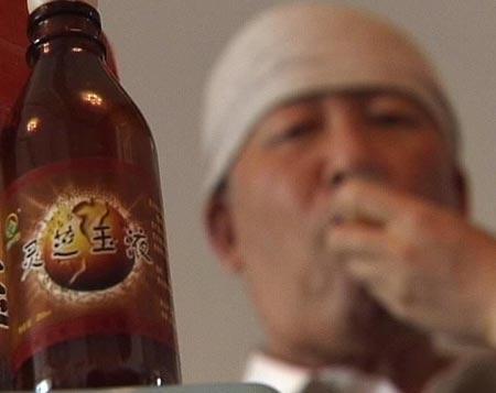 老人欲喝灵芝玉液治瘫痪坚信病好还能登泰山