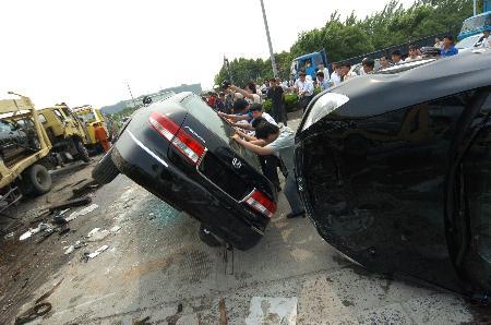 图文:上海两辆运输货车相撞(2)