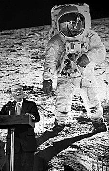 """1994年,第一个踏上月球的宇航员阿姆斯特朗在美国举行的纪念""""阿波"""