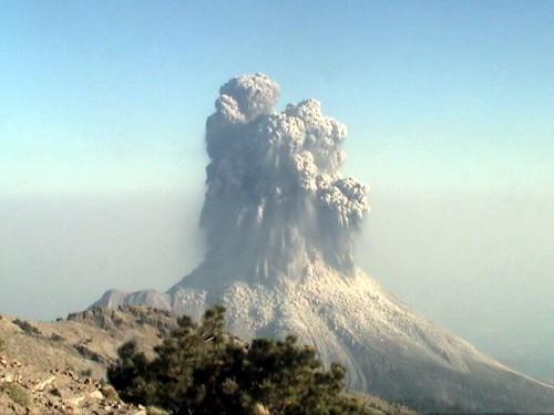 科利马火山15年来最大喷发(组图)