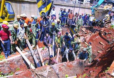 施工现场突发惨剧民工遭8吨巨石重压