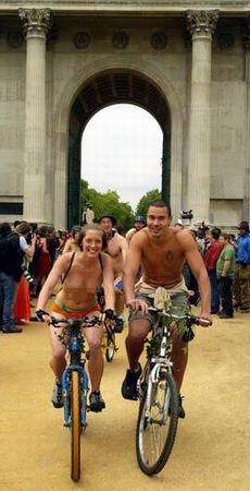 组图:伦敦裸体男女骑自行车游行反对依赖汽油