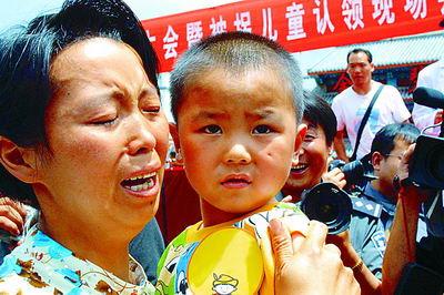 吴大平等8名拐卖儿童的犯罪嫌疑人被押赴现场
