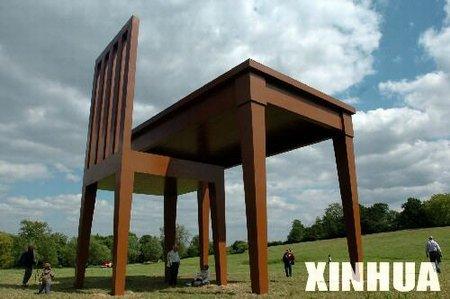 组图:英国伦敦汉普斯特德公园内展出巨型桌椅