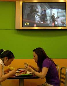 麦当劳消费者下跪求打折广告惹众怒(附图)