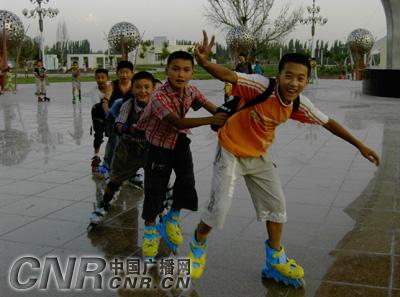 滑组图成为焉耆新疆县旱冰暑假一大学生(乐趣小学神厕图片