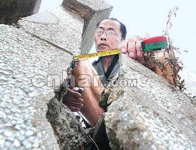 汉江防洪墙杨家和闸口门墩出现手臂粗裂缝(图)
