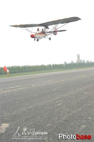 山东农民7年造三架飞机携妻子上天兜风过生日