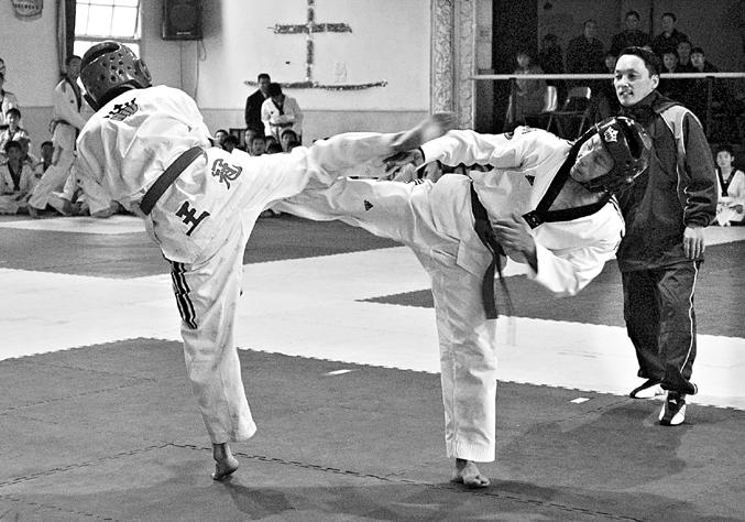 中国跆拳道首次段位考龙城开战(图)