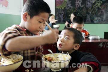 7岁哥哥上学 3岁弟弟陪读_新闻中心_新浪网