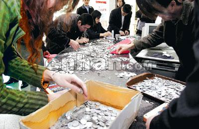 老人攒硬币26146枚到银行兑换14人清点3小时