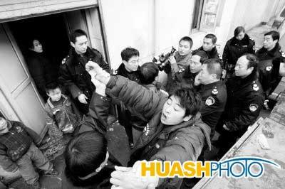 西安电视台记者随执法者查处黑作坊遭围殴(图)