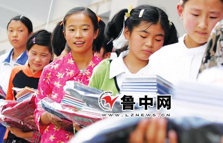 5年9月1日,淄川区峨庄中心学校的困难学生收到捐助的学习用具 (