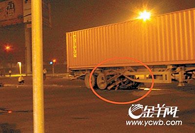 广东东莞宝马车祸续:司机酒后驾驶货车闯红灯