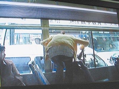 "DV拍下:两公交""掐架""乘客跳车"