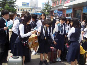 300名韩国女高中生乘坐游轮来赏槐(图)