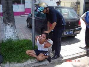 飞车 海口/海口一男抢夺女子财物当场被抓吓得尿裤子