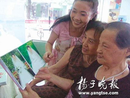苏州九旬老太拍摄单人婚纱照