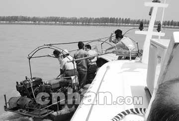 五船拦江电鱼800米赛艇,水警逮住4鱼贼
