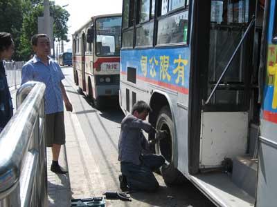 公交车爆胎木屑刺伤乘客