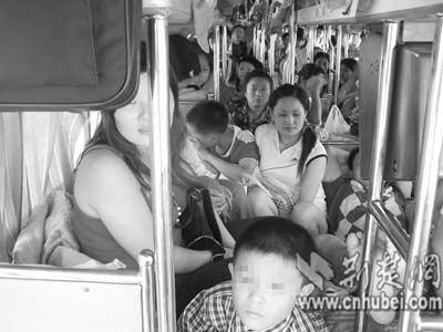 图文:超员客车一路疾驶乘客被迫憋尿6小时