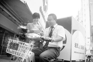 超市为顾客送货上门(图)