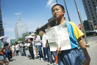 12岁男孩街头举牌应聘家教(图)