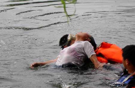 轻生女子跳河后反悔 水中挣扎被救上岸(图)_新闻
