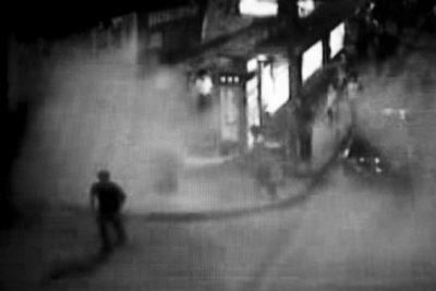 公交司机端灭火器喷持刀抢劫者(组图)