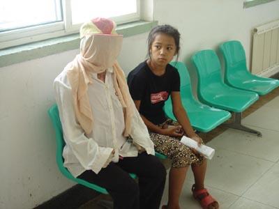 《12岁小姑娘呵护烧伤妈妈照顾一家生活》后续小马莹妈妈昨天赴医院