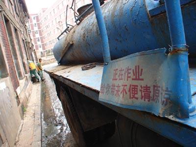 罐车管子断裂粪水喷上路面(图)