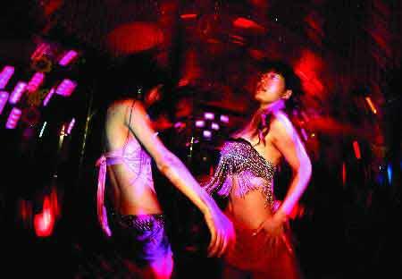 酒吧/在酒吧工作时,她们全身心地投入,使自己的人生更多几道色彩...