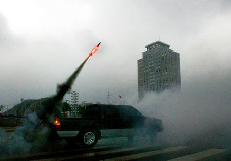 疑似降雨火箭弹从天而降砸穿汽车车厢爆炸