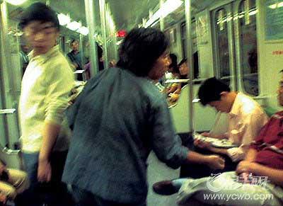 网文照登:新上海地铁悲情一幕(组图)