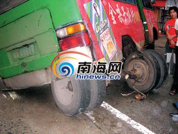 公共汽车的轮子-公交车行驶中两轮胎脱落高清图片