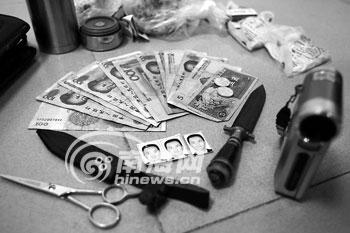 王东岳落网时身上的赃物.本报记者 张杰 摄