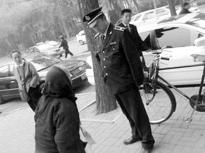 网友发照片称城管抢乞丐钱当事双方否认此事